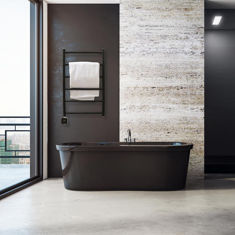Svart handdukstork i modernt badrum med svart inredning